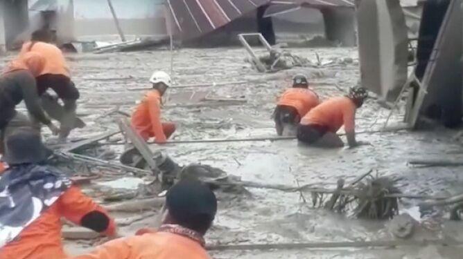 Co najmniej 21 ofiar śmiertelnych powodzi i lawin błotnych w Indonezji