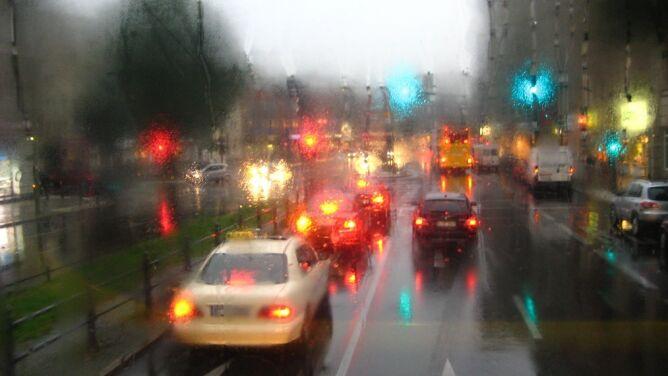 Na drogach będzie ślisko. Przelotny deszcz i burze z gradem